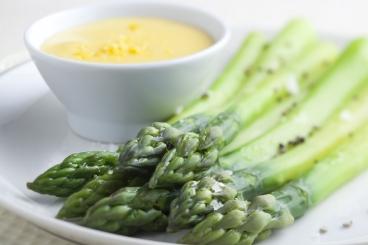 Recette de asperges vertes et blanches, sauce hollandaise facile et ...