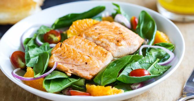 Recette de saumon glacé à l'orange sur salade aux jeunes pousses ...