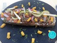 Recette de tartine de tartare de poisson et légumes crus