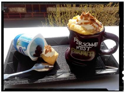Recette de mug au yaourt fondant pomme-raisins et amandes