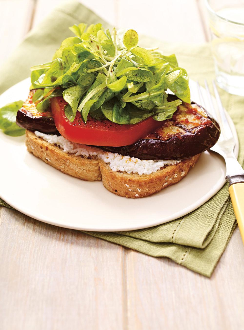Tartine à l'aubergine et salade de mâche aux tomates séchées ...