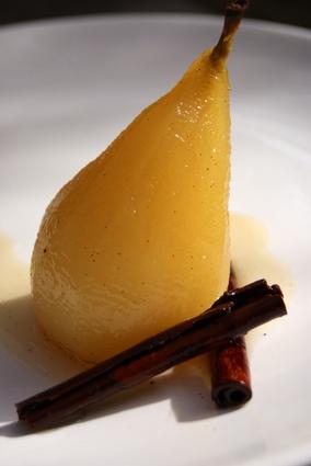 Recette de poires pochées au miel et aux épices