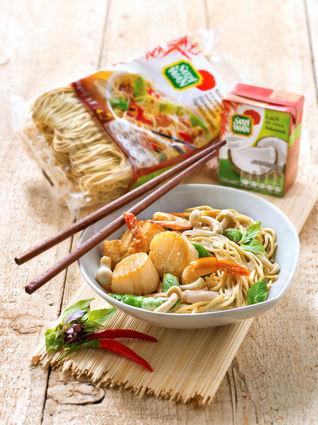 Recette de nouilles sautées aux crevettes et saint-jacques, curry et ...