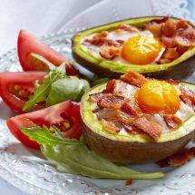Avocat au four aux œufs et au bacon