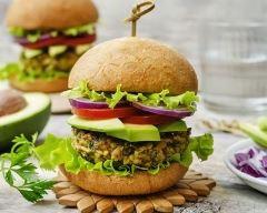 Recette burger végétarien au steak de millet à l'avocat et à l'oignon ...