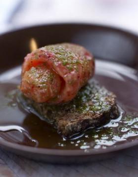 Saumon mariné aux airelles, servi avec estragon et huile à l'ail pour ...