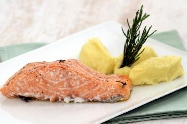 Recette de pavé de saumon à la fumée de romarin, purée de ...