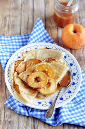 Crêpes aux pommes et au caramel salé