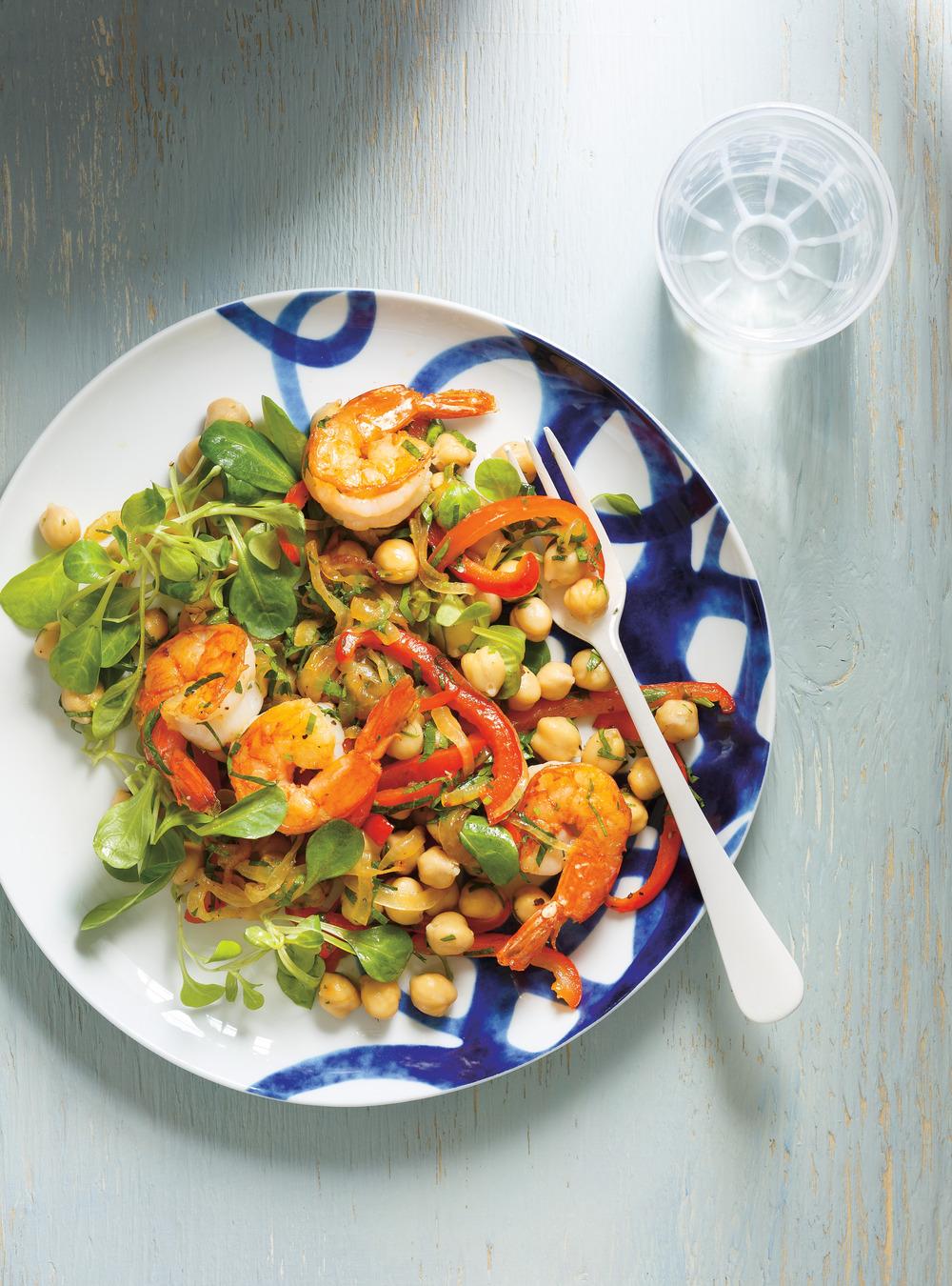 Salade de pois chiches, de crevettes, de poivrons et de persil ...