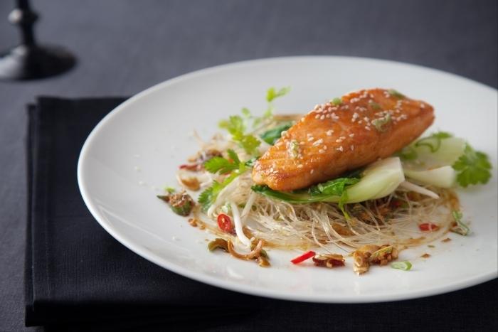 Recette de saumon laqué au miel, vermicelles au pak-choï et sésame
