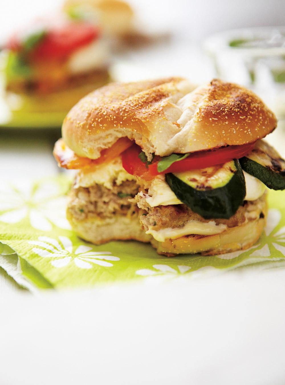 Burgers de veau à la mozzarella fraîche et aux légumes | ricardo