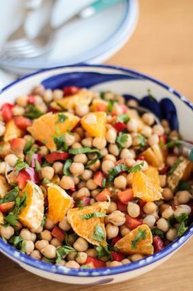 Recette de salade de pois chiches aux poivrons, orange et coriandre