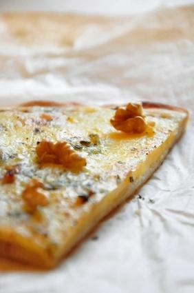 Recette de pizza auvergnate au bleu, cantal, tomme et noix