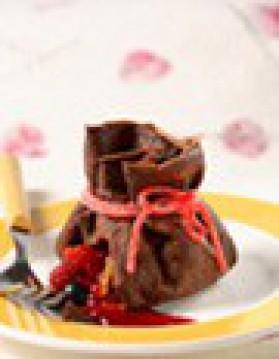 Aumônières de crêpes au chocolat, trésor de fruits frais, coulis de ...