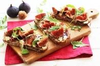 Recette de tartines aux figues, roquefort et jambon de parme