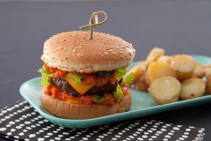 Recette de burger de boeuf au cheddar, baby potatoes, ketchup ...