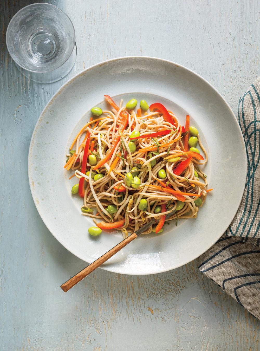 Salade de nouilles soba, d'edamames, de poivrons rouges et de ...