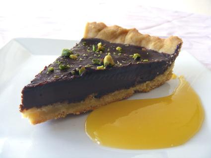 Recette de tarte au chocolat épicé et pistache et son coulis