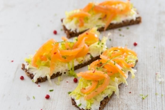 Recette de toast pain noir saumon, raifort et baies roses rapide