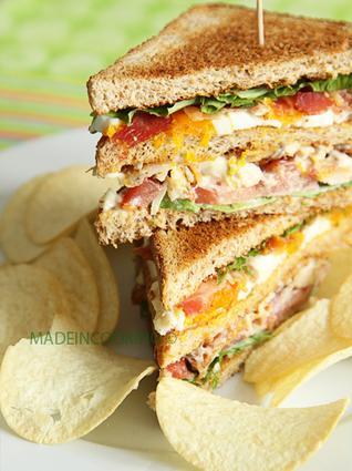 Recette de club sandwich poulet rôti, bacon, oeuf, tomates