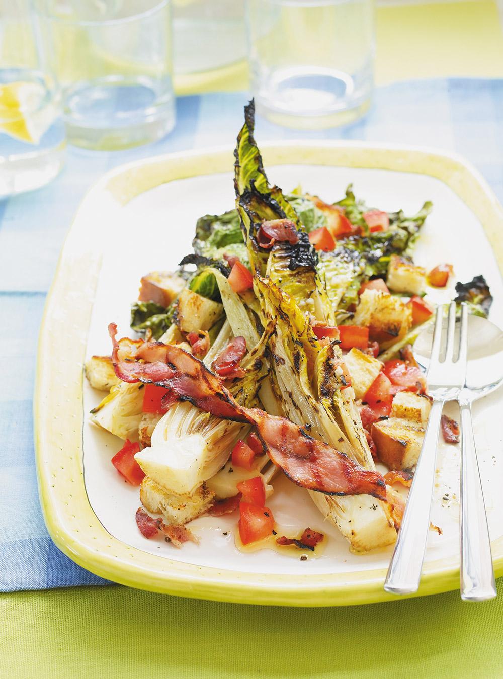 Salade blt avec laitue grillée au barbecue | ricardo