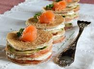 Recette de mini gâteaux de crêpes de sarrasin au saumon fumé