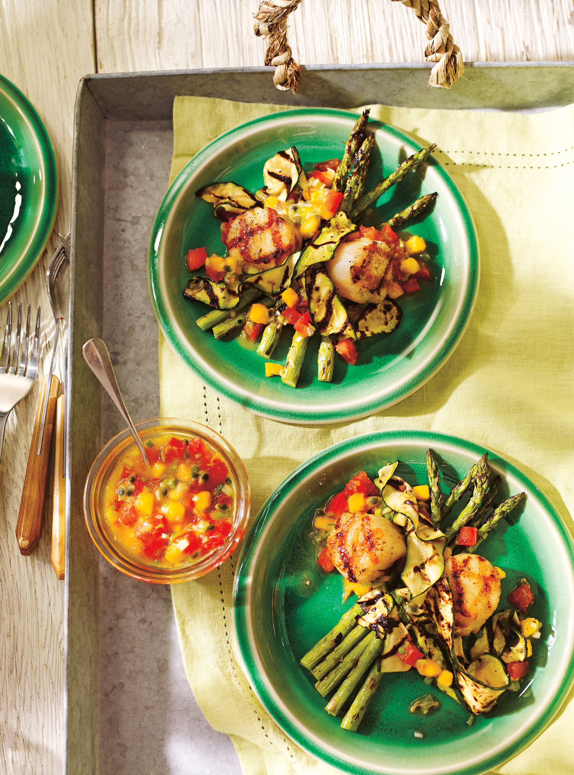 Pétoncles et légumes grillés avec salsa de mangue et de fruit de la ...