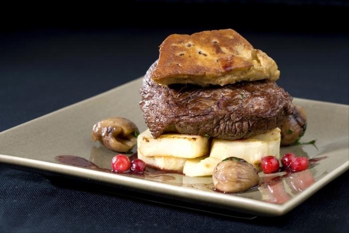 Recette de pavé de biche au foie gras poêlé, jus de vin aux ...