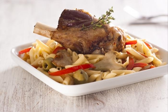 Recette de souris d'agneau confite aux olives, pâtes aux artichauts ...
