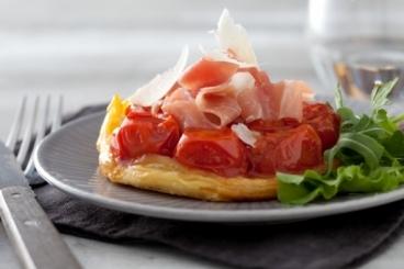 Recette de tatin de tomates cerises, jeunes pousses et jambon cru ...