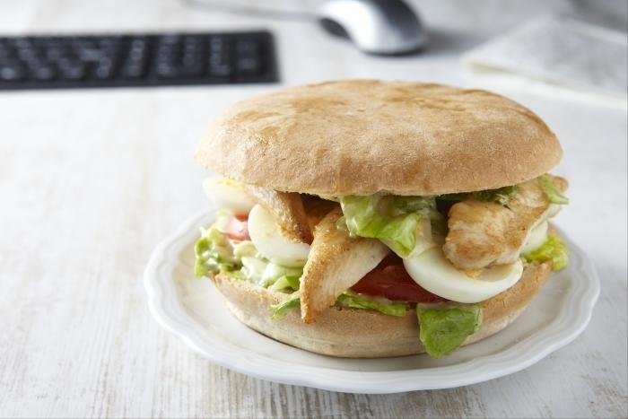 Recette de sandwich d'aiguillettes de poulet façon pan-bagnat rapide