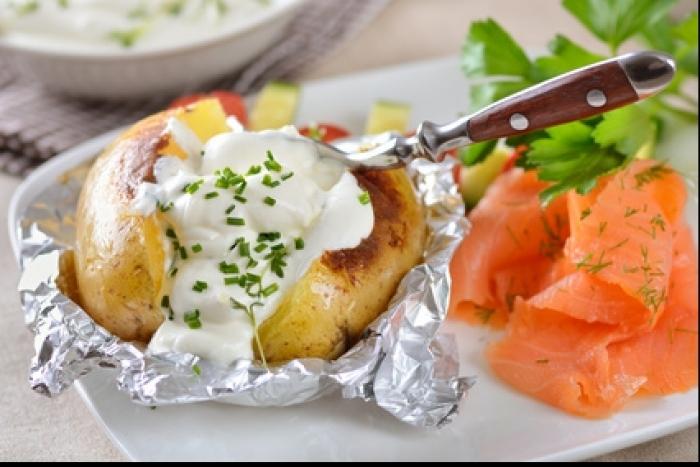 Recette de pommes de terre à la cendre, sauce yaourt et saumon ...