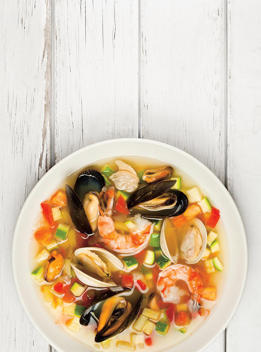 Poisson blanc et moules poch s dans un bouillon asiatique recette - Pates aux fruits de mer vin blanc ...