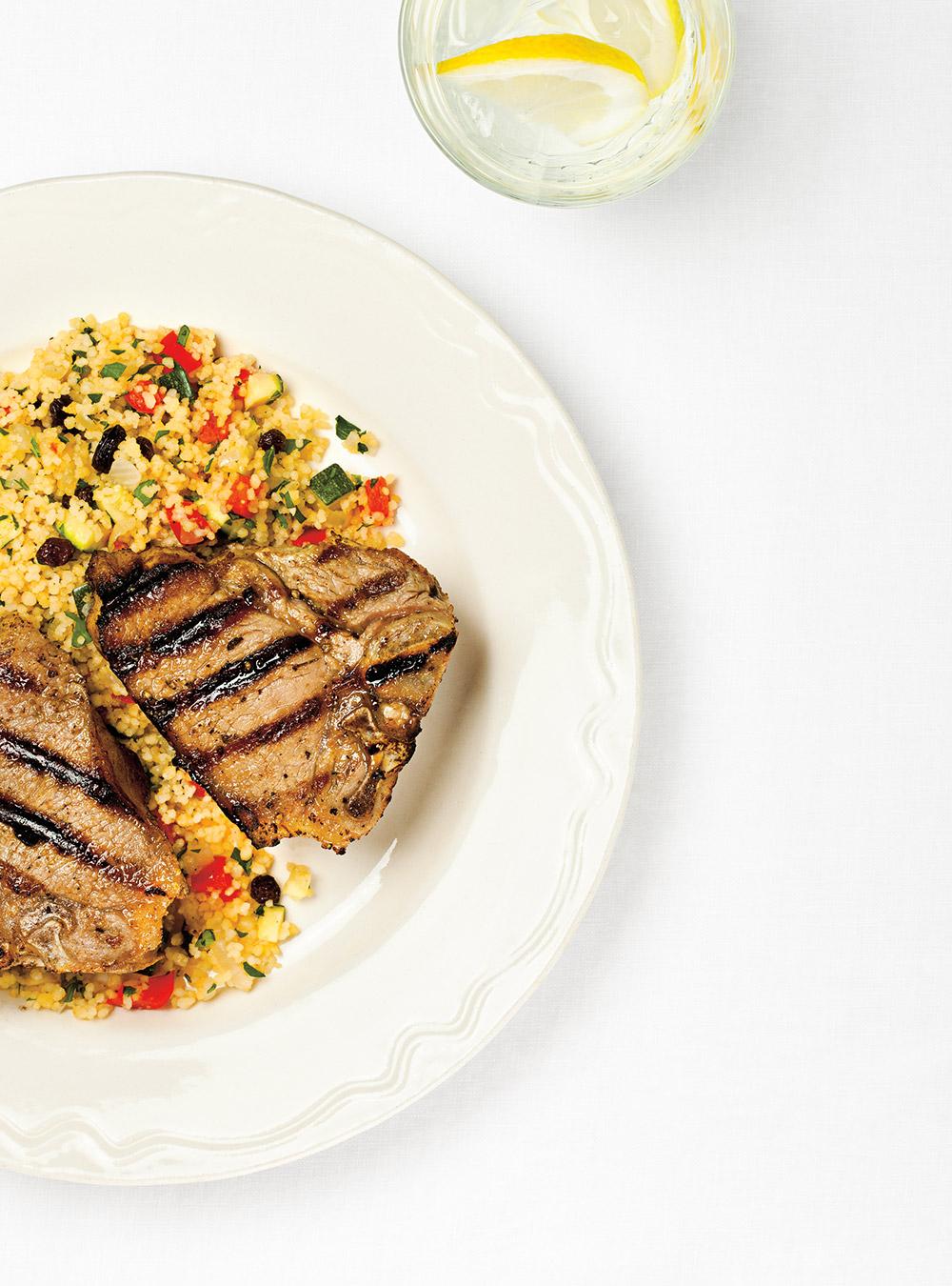 Côtelettes d'agneau aux épices et couscous aux légumes | ricardo