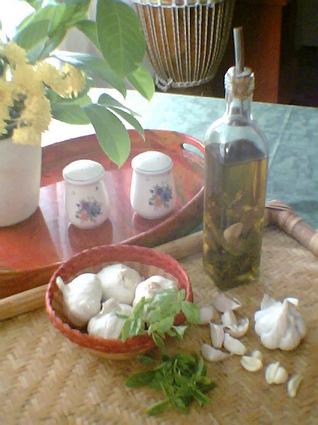 Recette de huile d'olive parfumée au basilic et à l'ail