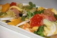 Salade saumon fumé, crevettes, agrumes, raisin et fenouil