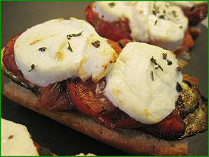 Recette de tartines toastées, tomate, courgette et chèvre