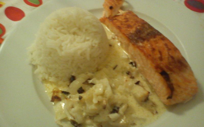 Recette pavé de saumon à la crème de curry et oignon pas chère et ...