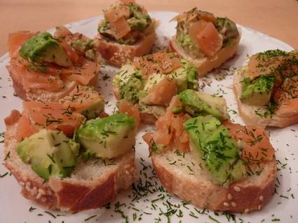 Recette de panaché de saumon et d'avocat sur toast au sésame