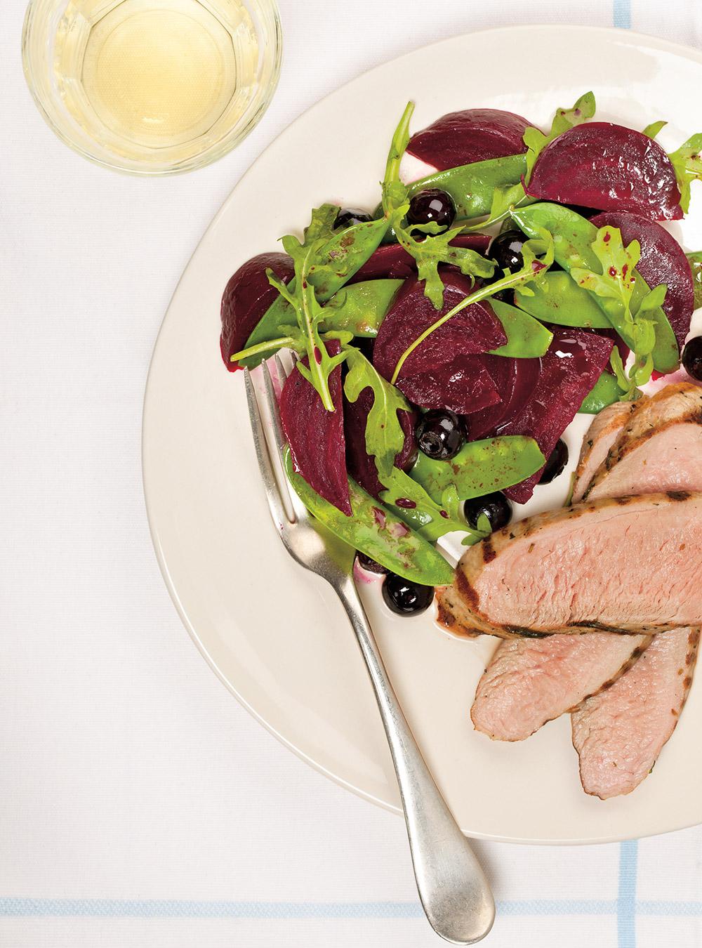 Filets de porc et salade de betteraves et de bleuets | ricardo
