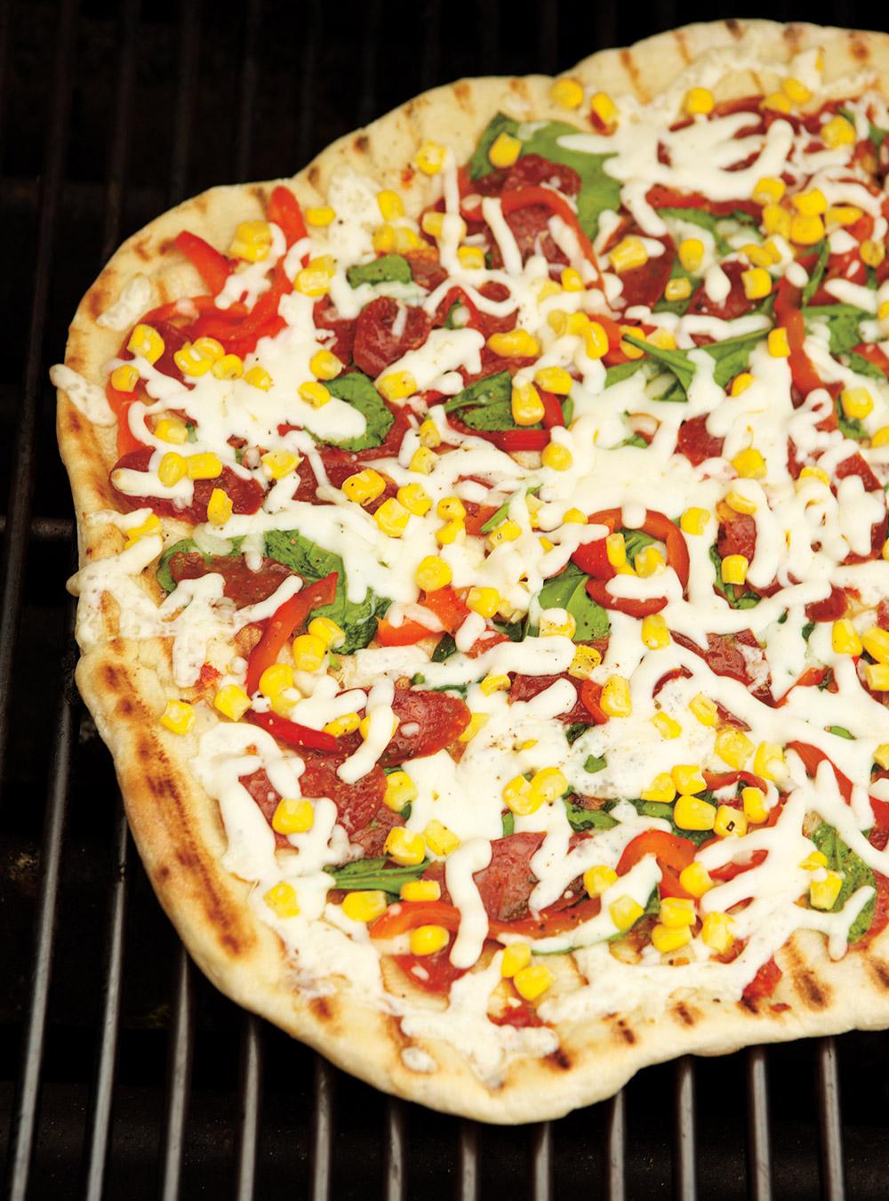 Pizza au saucisson, au poivron et au maïs | ricardo