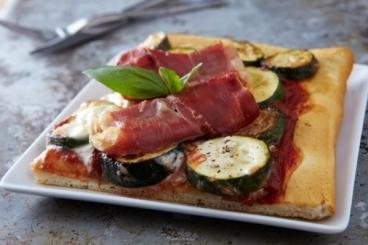 Recette de pizza aux courgettes grillées, purée d'ail et jambon de ...