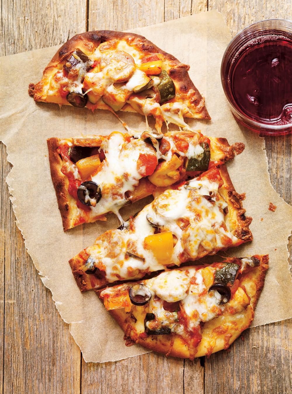 Pizza à la ratatouille et aux saucisses | ricardo