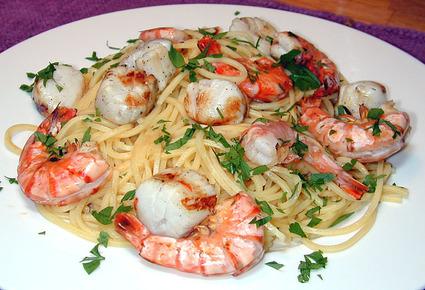 Recette de spaghettis aux saint-jacques et aux crevettes