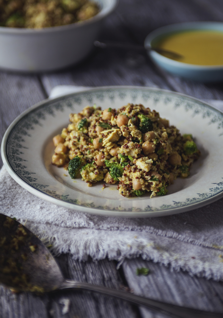 Salade de quinoa, poulet, pois chiches, brocoli et sauce au cari ...