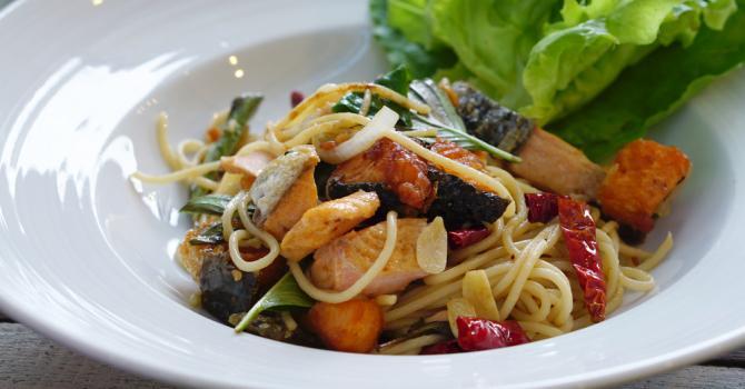 Recette de spaghettis au saumon fumé, 4 légumes et vin blanc