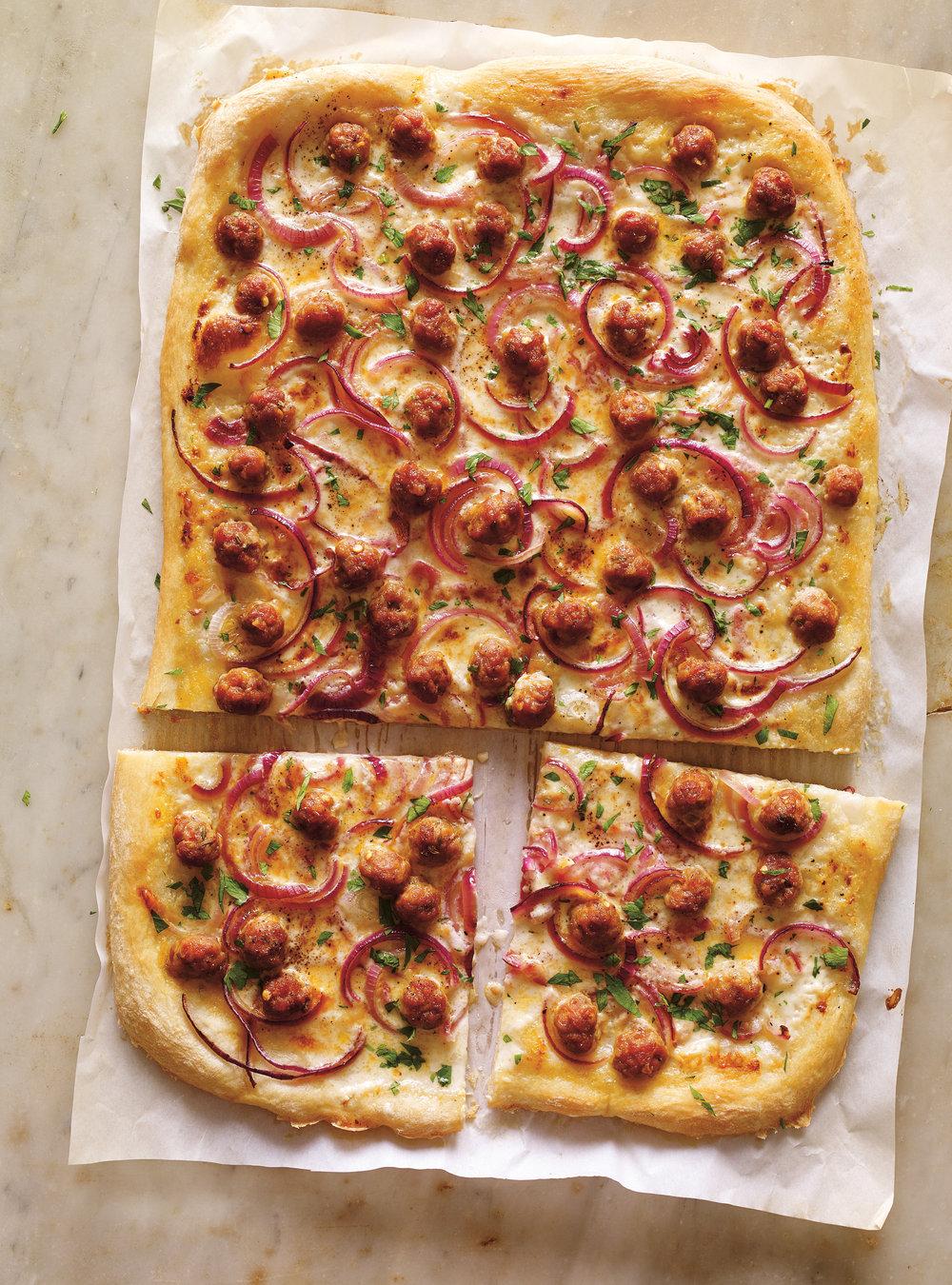 Pizza à la crème de parmesan et à la saucisse | ricardo