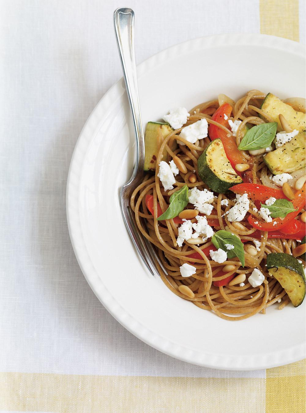 Spaghettis de blé entier aux légumes grillés et à la feta | ricardo