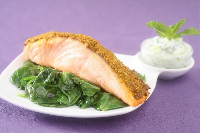 Recette de saumon rôti aux épices, sauce raïta et épinards facile et ...