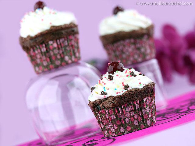 Cupcakes au chocolat et cerise amarena  la recette illustrée ...